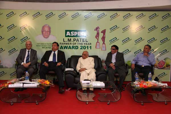 Dignitaries on dais (L-R) Dr. K. L. Chadha Former National Professor (Horti.) & Horti. Commissioner, Govt. of India, New Delhi, Chief Guest Shri. Anilkumar Manibhai Naik, Padmabhushan Awardee & Chief Executive, Larsen & Toubro, Shri. Sharad L. Patel, Shri. Kiran L. Patel Directors of Aspee Group of Companies, Malad, Mumbai and Dr. S. B. Kadrekar, Ex. Vice Chancellor, Dr. BSKKV, Dapoli.