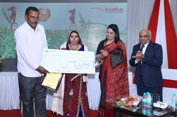 Awardee Smt. Santosh Pachar receiving the award by the hands of Chief Guest Dr. Purvi Mehta. Also seen is Shri. Sharad Patel, Director, Aspee Foundation.