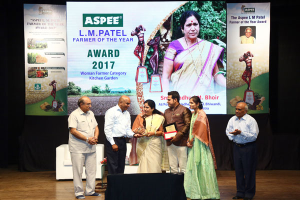 Awardee Smt. Madhuri M. Bhoir from Dist. Thane, Maharashtra being felicitated by the hands of Chief Guest Shri. Suresh Srinivasan in Woman Farmer. Category – Kitchen Gardening.